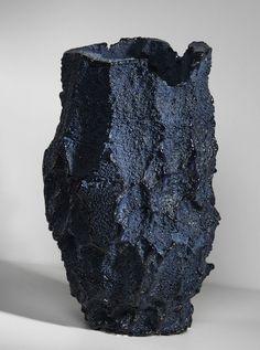 As cerâmicas rústicas de Michal Fargo Designer cria vasos com esponjas solidificadas
