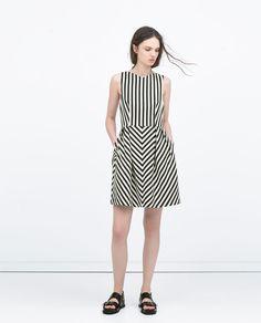 Image 1 de ROBE À ENCOLURE EN V de Zara