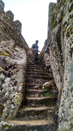 Escadas de subido a torre do Castelo dos Mouros em Sintra, Portugal