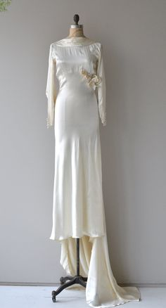 Vintage ivory silk satin wedding gown with luxurious weight, draped neckli. Vintage ivory silk satin wedding gown with luxurious weight, draped neckline, bias cut, long sleeves with long lin. Best Wedding Dresses, Wedding Attire, Wedding Gowns, Trendy Wedding, 30s Fashion, Fashion History, Vintage Fashion, 1940s Dresses, Vintage Dresses