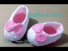 Botas coquetas para niña Tejidas a Crochet   parte 2/2 - YouTube Crochet Sandals, Booties Crochet, Crochet Baby Shoes, Crochet Baby Clothes, Crochet Slippers, Crochet For Kids, Free Crochet, Easy Crochet, Crochet Designs