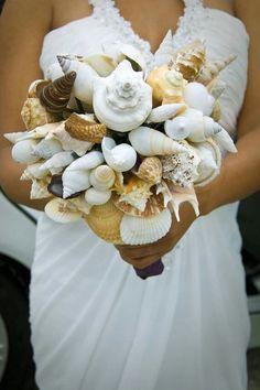 Maritimer Brautstrauss. .. Muscheln tragen die Geheimnisse des Meeres und in diesem Fall die der Braut...