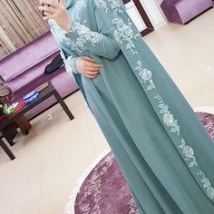 Pinned via #MrsRawabdeh Abaya Fashion, Muslim Fashion, Modest Fashion, Fashion Dresses, Muslim Wedding Dresses, Muslim Dress, Wedding Abaya, Abaya Designs Dubai, Mode Abaya