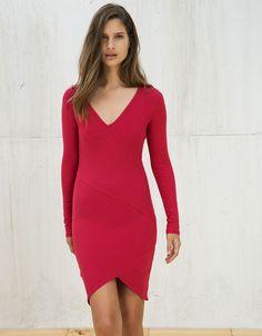 Vestido ajustado con falda asimétrica. Descubre ésta y muchas otras prendas en Bershka con nuevos productos cada semana
