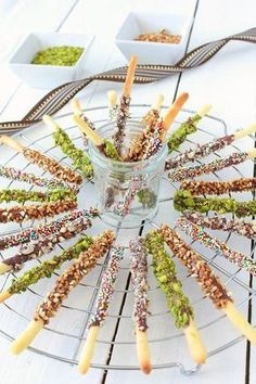 Les Mikado maison, une recette très simple qui ravi les plus gourmands, petits et grands ! Je me suis inspirée de la recette de la pâte sucrée de chez Sarah. Il suffit de rouler de petits boudins très fin comme de la pâte à modeler pour former des mikado....