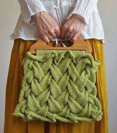 Bom dia, Gostei muito desta bolsa toda feita de tranças de tricot, achei na Net,