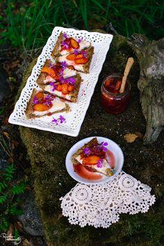 Tuorejuustopiirakka persikkakompotilla