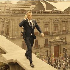 Daniel Craig, opening scene of Spectre México DF Daniel Craig James Bond, Daniel Craig Style, Rachel Weisz, Gentlemans Club, Style James Bond, Daniel Graig, Trailer Film, Best Bond, James Bond Movies