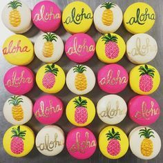 OMG love these tropical pineapple & aloha macarons that @jess_marvelous snapped on Instagram from Sweet & Saucy!