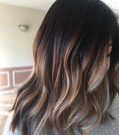 Oh hi pretty! This is our first session of going lighter for the summer! ☀️ FORMULA: Root color- wella 4/0 10v Wella freelights 40v processed 45 minutes Gloss: Redken shades 8v and 9t 20 minutes #prettylittleombre