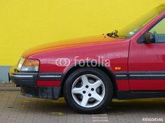 Leichtmetallfelge einer roten schwedischen Limousine der Neunziger Jahre in Bielefeld in Ostwestfalen-Lippe