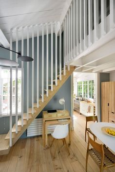 The white painted wood gives a fresh look to the staircase and the mezzanine of this house. More pictures on Côté Maison. Source by cotemaison Loft Staircase, House Stairs, Staircase Design, Deck Stair Railing, Concrete Staircase, Wood Stairs, Cap Ferret, Modern Stairs, Bookshelves