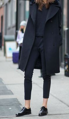 street style / black coat + black tee + black skinny jeans + black oxfords