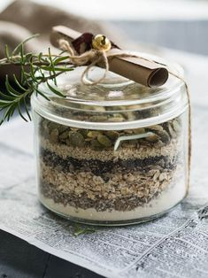 Rosemary crackers in a jar Easy Handmade Gifts, Diy Gifts, Vegan Christmas, Christmas Fun, Diy Presents, Food Gifts, Granola, Diy And Crafts, Food And Drink