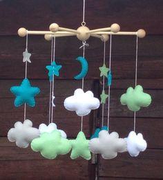Mobile FELIX pour la chambre de bébé : nuages, étoiles et lune en feutrine