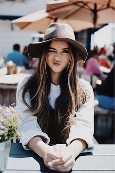 15 photo ideas to be a model of your friend 'the aspiring photographer' - ▵vibin▵ - Girl Mode Hipster, Shotting Photo, Poses Photo, Foto Casual, Stylish Hats, Avatar, Portrait Photography, Ideias Fashion, Photoshoot