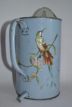 Ancien pot à lavement émaillé – décor fleurs et oiseau en relief