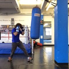 """How to do a boxing HIIT session! Start with a 3 minute easy sparring session on the bag before stepping into the HIIT! The high interval sets are…"""