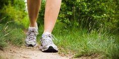 4 exercícios de alongamento antes da caminhada: 1. Em pé – com o tronco alinhado, as pernas um pouco separadas e os pés alinhados com os ombros –, incline o corpo para a frente, deixando os braços suspensos em direção ao chão. Mantenha essa posição por 30 segundos e repita três vezes.  2. Em …