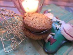 Nuss mit Schokolade in Plätzchenform... 2 Backbleche 75 g Butter in Flocken geschnitten 1 Ei Größe M 2 Eigelb 60 g Erythrit 1 TL Stevia-Streupulver mit Ery