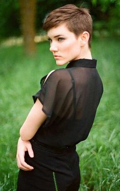 How to style the Pixie cut? Despite what we think of short cuts , it is possible to play with his hair and to style his Pixie cut as he pleases. Very Short Pixie Cuts, Very Short Hair, Short Hair Cuts, Short Hair Styles, Edgy Pixie, Asymmetrical Pixie, Long Pixie, 2015 Hairstyles, Pixie Hairstyles