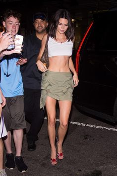 On Wednesday, Kendall Jenner ensured she was the star of the evening by flashing major underboob and her taut abs during a girls' night out with BFFs Bella Hadid and Hailey Baldwin. Robert Kardashian, Khloe Kardashian, Kardashian Kollection, Kendall Jenner Outfits, Kendall Jenner Feet, Trajes Kylie Jenner, Kris Jenner, Teen Choice Awards, Jenner Girls