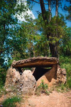 Un dels dólmens de Ceuró, prop del poblet de Ceuró. Castellar de la Ribera, Solsonès (Catalonia)