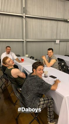Noel Fisher and Cameron Monaghan (and others 😂) at the Shameless Season 10 photoshoot. Carl Shameless, Shameless Scenes, Shameless Tv Show, Shameless Season, Beautiful Boys, Pretty Boys, Cute Boys, Shameless Characters, Carl Gallagher