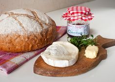 •soft goat cheese  •cactus marmalade  •fresh thyme  •butter  •fresh bread