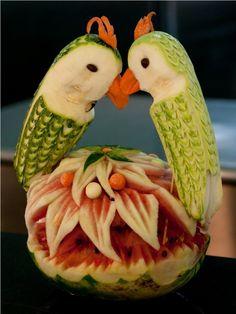 sculpture sur fruit - composition originale en fruits exotiques en forme de perroquets