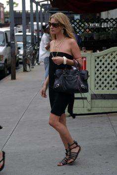 kate moss in gladiator sandals Saint Tropez, Summer Chic, Spring Summer Fashion, Estilo Kate Moss, Gladiator Sandals Outfit, Moss Fashion, Kate Moss Style, St Style, Balenciaga City Bag