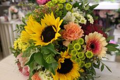 Letná kytica, slnečnica, minigerbera, santíny, klinčeky 25 € http://www.kvetysilvia.sk/donaskova-sluzba/