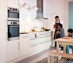 Kuchyně se spoustou spodních skříněk upravená i pro děti