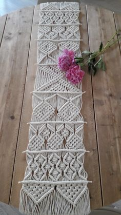 Macramé tafelloper made by Art Projects, Projects To Try, Bed Runner, Macrame Art, Table Runners, Ladder Decor, Coasters, Mandala, Weaving