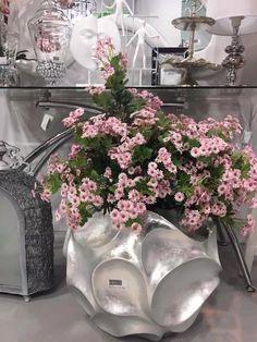 Jarrones de suelo en color plata. Más en www.virginia-esber.es