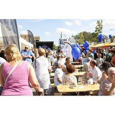 Video: Zonnig bruisend Reeuwijk  Gisteren was het feest in Reeuwijk. De inwoners trokken mede door het prachtige weer massaal naar Bruisend Reeuwijk. Er stonden kraampjes kinderen vermaakten zich met allerlei spelletjes binnen in Zalencentrum De Brug stonden ondernemers met hun kleding en beauty producten om de bezoekers te inspireren en buiten op het plein draaiden de DJ's van 100% NL. De bezoekers genoten zichtbaar onder genot van de warme zonnestralen met een hapje en een drankje. Fred…