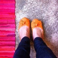 100% brasileira, feita à mão em couro ecólogico. Ultra confortável e linda! Modelo de laço exclusivo da Sapatilha Colorida.   Compre aqui http://www.sapatilhacolorida.com.br/pd-12328c-sapatilha-colorida-laranja.html?ct=&p=1&s=1