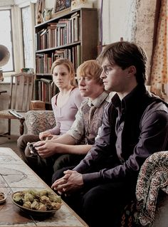 Hermione, Ron, and Harry = The Golden Trio Harry Ron Hermione, Ron And Harry, Harry James Potter, Harry Potter Characters, Harry Potter Books, Harry Potter Fandom, Harry Potter World, Ron Weasley, Deathly Hallows Part 1