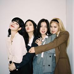 This picture shows one of my favorite kpop girl groups, Blackpink. Kpop Girl Groups, Korean Girl Groups, Kpop Girls, Blackpink Jisoo, Blackpink Jennie, Foto Rose, Blackpink Poster, Blackpink Members, Black Pink Kpop