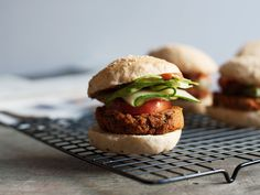Ich liebe die Konsistenz und leichte Schärfe dieser veganen Burger, die auf dem Grill super zusammenhalten.