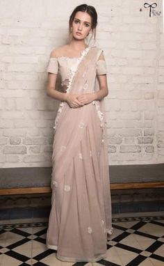 Wear these off-beat blouse designs with a designer saree for your BFF's wedding. We have picked 15 latest saree blouse designs that are ruling the fashion circles just for your Indian Attire, Indian Ethnic Wear, Indian India, Indian Suits, Dress Indian Style, Indian Dresses, Indian Designer Outfits, Designer Dresses, Designer Sarees