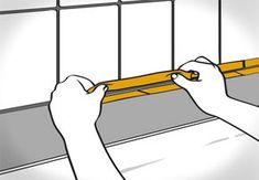 Heimwerker klebt Fugenkanten mit Malerkrepp ab.
