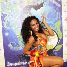 Valeska é confirmada como rainha de bateria da Império de Casa Verde. Veja a morena em cliques com samba no pé http://r7.com/Dkxe