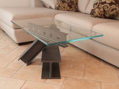 TRAVOLINO LEGGIANTE. Tavolino realizzato con travi in ferro e vetro