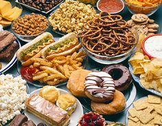 Bewerkt-voedsel- Wist je dat 80% van het eten wat nu in de supermarkt verkocht wordt 100 jaar geleden nog helemaal niet bestond? Een groot deel van de voeding die wij hier in het westen eten wordt in een fabriek kunstmatig gemaakt, er worden stoffen uit gehaald, stoffen ingedaan, stoffen veranderd. Dus dan rijst de vraag: kun je dit dan eigenlijk nog wel eten noemen?