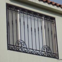 Fotografía de herrería de ventana con elementos coloniales con barrotes verticales armandos en un arreglo contemporanea