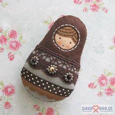 Pakamera Artystyczna - broszki - Zamówienie - matrioszka i ptaszek dla KASI :) ...... lace+ribbon