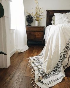 Farmhouse Tour – love the white bedding against dark wood headboard and floors Source by Bedroom Wood Floor, Dark Wood Bedroom Furniture, Bedroom Flooring, Home Bedroom, Bedroom Decor, Pine Furniture, Home Design, Interior Design, Design Ideas