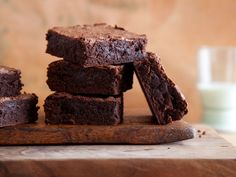 Satisfy your chocolate cravings with Alton Brown's Cocoa Brownies recipe from Good Eats on Food Network. For a well-balanced brownie, don't forget the salt. Kakao Brownies, Beste Brownies, Cocoa Brownies, Fudgy Brownies, Pumpkin Brownies, Zucchini Brownies, Caramel Brownies, Brownie Brittle, Cheese Brownies
