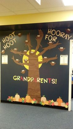 Look at what my awesome room mom did for grandparents day! Sooooo cute :) Look at what my awesome room mom did for grandparents day! Pta School, School Fundraisers, School Parties, Grandparents Day Activities, Preschool Bulletin Boards, Room Mom, School Decorations, School Pictures, Birthday Board